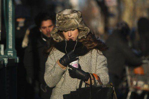 Mit Pelzmütze, Schal, Wintermantel, Handschuhen und heißem Kaffee gegen die eisige Kälte.  Foto: REUTERS