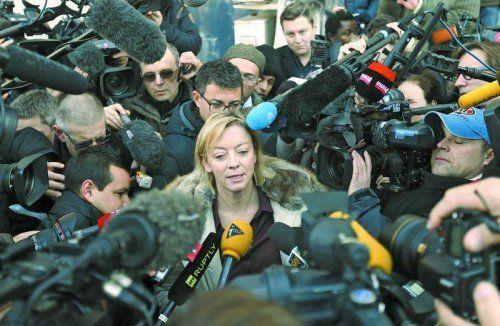 Sabine Kehm, Managerin von Michael Schumacher, wurde von der großen Journalistenschar in Grenoble mit Fragen bestürmt. Foto: apa