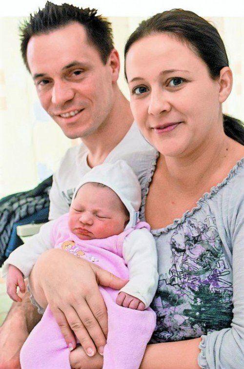 Sandra Buschenreithner und Markus Moder sind die stolzen Eltern von Neujahrsbaby Lina.  Foto: VN/Steurer