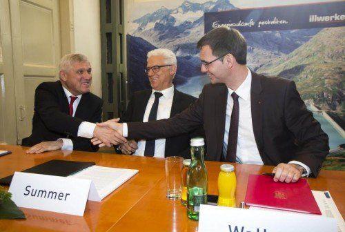 Vertrag unterzeichnet: Hans-Josef Zimmer (EnBW), AR-Chef Summer und LH Wallner (v. l.).  Foto: VN/Paulitsch