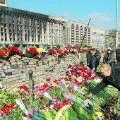 Ausgebrannte Gewerkschaftszentrale auf dem zentralen Maidan von Kiew: Blumen für die Opfer des Aufstandes. Foto: Reuters