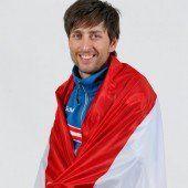 Mario Stecher trägt die Fahne