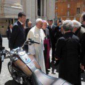 Papst-Harley versteigert