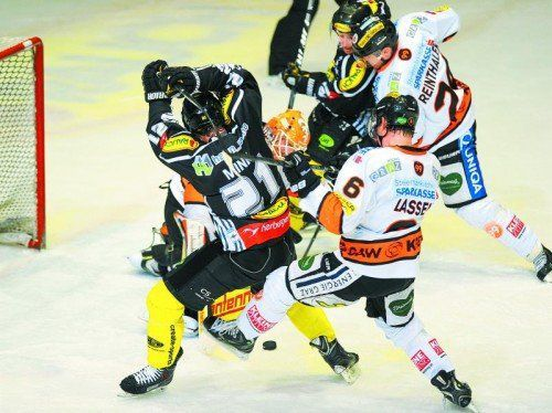 Die Duelle zwischen Dornbirn und Graz sind umkämpft: Graham Mink und Chris D'Alvise gegen Danny Sabourin, Stefan Lassen und Kris Reinthaler. Foto: Gepa
