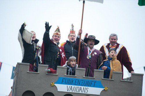 Die Funkenzunft Vandans führte den großen Montafoner Fasnatumzug an.  Fotos: VN/Rhomberg
