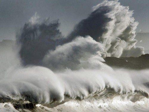 Ein Sturmtief in Nordspanien hat bis zu zehn Meter hohe Wellen an die Küste gewuchtet.  Foto: Epa