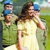 Queen verordnet längere Röcke