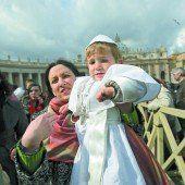 Kleiner Papst trifft Franziskus