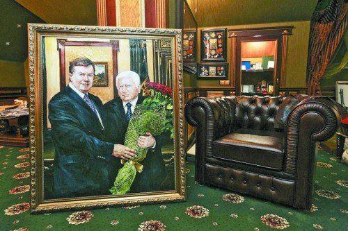 Fotos aus der Villa des gestürzten Generalstaatsanwalts Viktor Pschonka: Porträt mit Ex-Präsident Viktor Janukowitsch und roten Rosen. Foto: Rts
