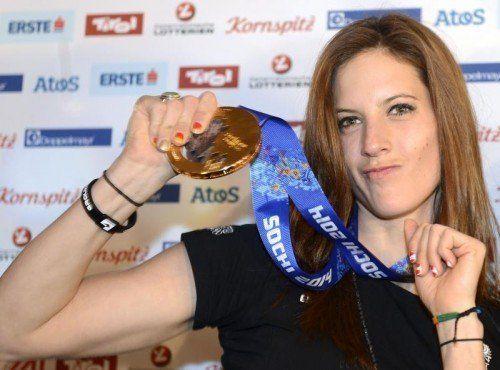 Julia Dujmovits präsentiert ihre Goldmedaille. Foto: apa