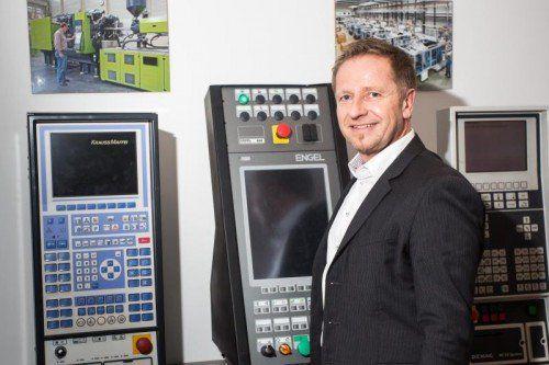 Keine Spielautomaten: Wolfgang Froner, TIG, mit Maschinensteuerungen der wichtigsten Kunden.  VN/Steurer