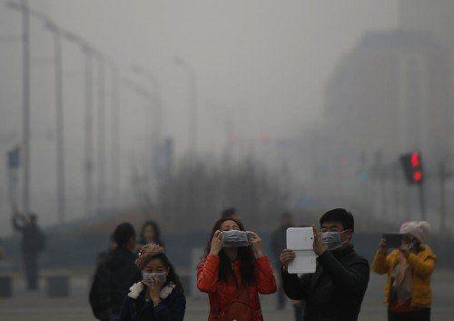 Landesweit sind 400 Millionen Chinesen vom gefährlichen Smog betroffen.  FOTO: REUTERS