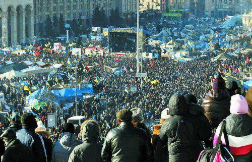 Mehr als 50.000 Demonstranten im Zentrum von Kiew: Freudiger Empfang für Oppositionsführer Klitschko und Jazenjuk. Foto: Reuters