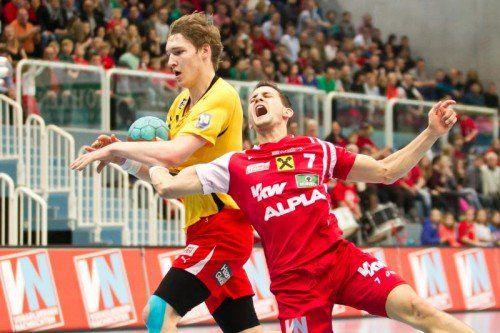 Nach diesem Foul an Luca Raschle (r.) wurde der Kremser Gerdas Babarskas ausgeschlossen. Foto: steurer