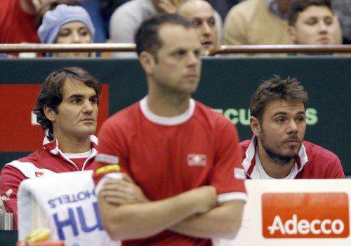 Roger Federer, Team-Kapitän Severin Luthi und Stanislas Wawrinka (v. l.) beobachten die entscheidende Doppel-Partie. Foto: reuters