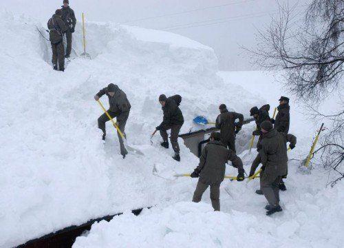 Soldaten des Bundesheeres hatten am Wochenende alle Hände voll zu tun - auch beim Bahnhof Fürnitz türmten sich Schneemassen. Foto: APA