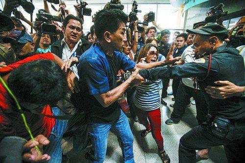 Vor Wahllokalen kam es gestern immer wieder zu Auseinandersetzungen: Die Protestbewegung hatte den Urnengang abgelehnt. Foto: Reuter