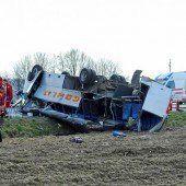 Schulbus kracht gegen Lkw: 20 Verletzte