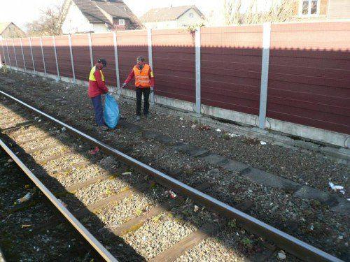 Das Gleisbett muss doch nicht zur Müllhalde verkommen? Arbeiter kommen mit dem Aufsammeln kaum mehr nach. foto: thurnher