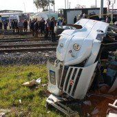 Zug rast in Bus: Neun Tote