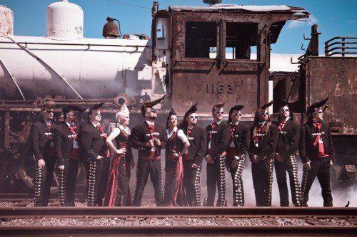 Die Leningrad Cowboys präsentieren gekonnt und humorvoll eine Mischung aus Coverversionen bekannter Pop- und Rocksongs und russischen Volksliedern. FOTO: musikladen