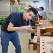 Schüler der PTS Dornbirn gestalten eigene Tische