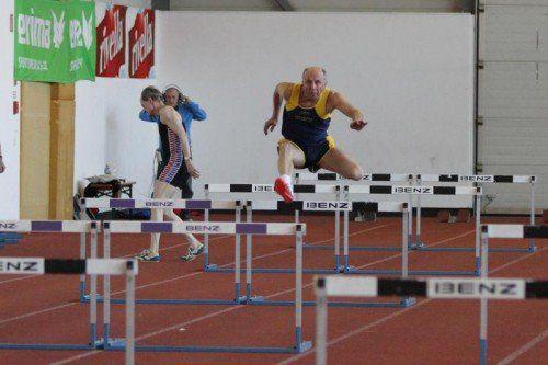 Leichtathletik Vorarlberger Hallenmeisterschaften 2014 der Masters in Dornbirn, Steiner Dietmar (blau-gelbes Trikot Bahn 4) TS Bregenz-Stadt