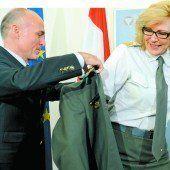 Verteidigungsminister Klug befördert erste Frau zum General