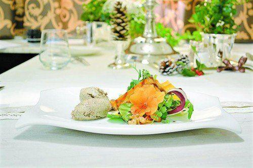 Frische Wildkräuter an köstlicher Gänselebermousse. Foto: VN