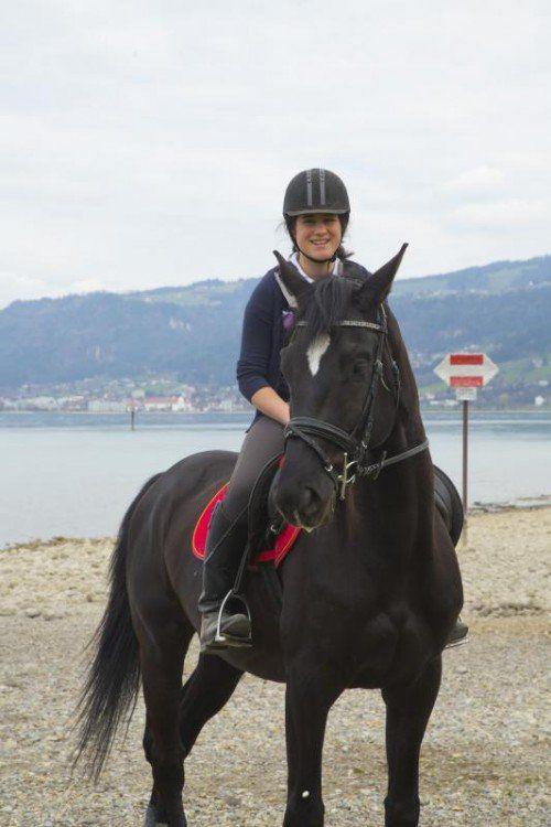 Herrlicher Ausritt am See: Nicole mit ihrem Pferd Kenzo.