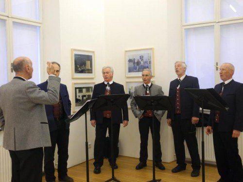 """Mitglieder des Blumenegger Männer-Doppelquartetts """"Die alten Könige"""" unter der Leitung von Ferdinand Berlinger realisierten einen Auftritt zu Werken von Rainer Ganahl.  Foto: CD"""
