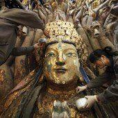 Vier Hände restaurieren Buddha mit 1000 Armen