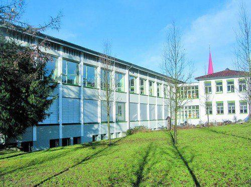 Scheint trotz Sanierungsbedarf nicht im Finanzplan der Stadt auf: Die Volksschule Dornbirn Haselstauden. Foto: ha