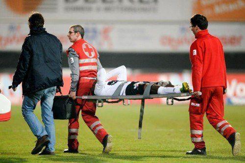 Schon in Halbzeit eins musste Louis Ngwat-Mahop (26) gegen St. Pölten verletzt vom Platz getragen werden. Foto: gepa