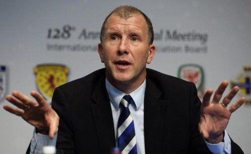 Stewart Regan, Vorsitzender des schottischen Fußballverbandes, versucht, die Haltung des IFAB zu erklären. Foto: epa