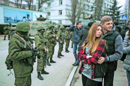 Straßenszene auf der Krim: Soldaten ohne nationale Symbole haben die Kontrolle übernommen. Dass es Russen sind, ist naheliegend, aber nicht bestätigt. Foto: Reuters