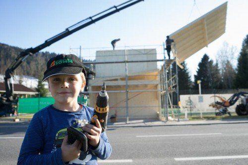 Tatkräftiger Helfer auf der BUS-STOP-Baustelle: Der vierjährige Tobias Bilgeri mit dem Akku-Schrauber.  Fotos: VN/Hartinger
