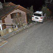 Auto landete auf dem Zaun