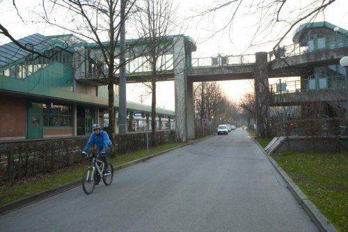 Ursprünglich wollten die ÖBB nur diese Überführung sanieren. Jetzt verhandeln Stadt und Bahn über eine breite Unterführung.  Foto: Paulitsch