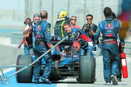 Wer sein Auto liebt, der schiebt. Sebastian Vettel musste bei den Testfahrten mit anpacken, damit seine Suzie zurück in die Boxen fand. Foto: gepa