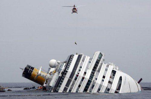 2012 sank die Costa Concordia, nun wird sie abgeschleppt. FOTO: AP