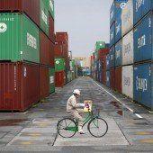 Mit dem Fahrrad durchs Containerlager