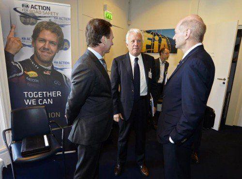 Adrian Newey (r.), Technischer Direktor bei Red Bull, im Gespräch mit Christian Horner (l.) und FIA-Renndirektor Charlie Whiting. Foto: ap