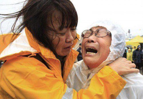 Angst und Verzweiflung bei den Angehörigen. Doch noch geben sie die Hoffnung nicht auf, dass ihre Kinder gerettet werden. Foto: AP