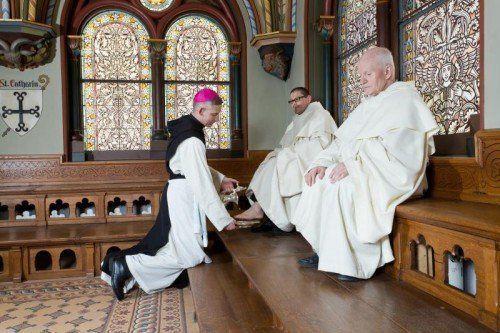 Auch das zählt zum Gründonnerstag im Kloster: Die Fußwaschung durch den Abt. foto:vn/steurer