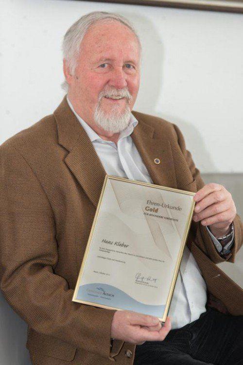 Auf die von seiner Heimatgemeinde verliehene Ehrenurkunde in Gold darf Hans Kleber wohl zu Recht stolz sein.  Foto: Stiplovsek
