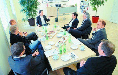 Außenminister Sebastian Kurz (ÖVP) im Gespräch mit Vertretern der österreichischen Bundesländerzeitungen. Foto: APA