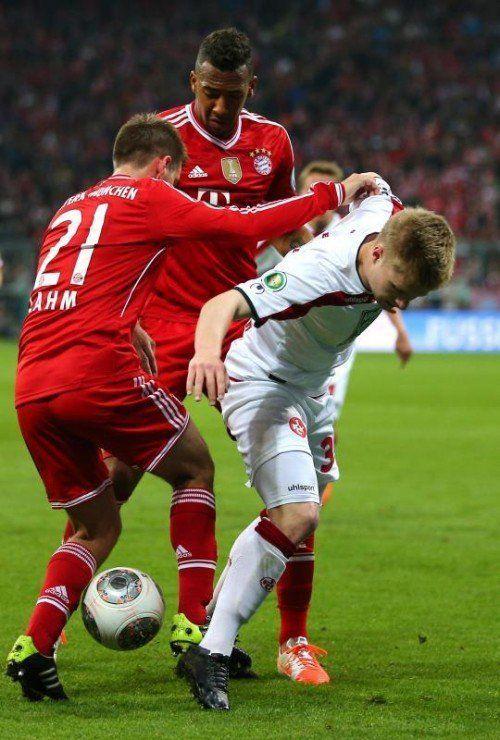 Bayern-Kapitän Philipp Lahm (ganz links) und Jérôme Boateng im Zweikampf mit Kaiserslauterns Jean Zimmer. Foto: gepa