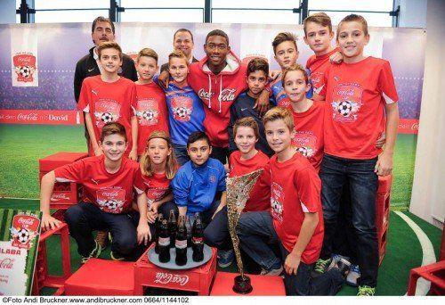 Bayern-Star David Alaba (hinten Mitte) ist Botschafter des Coca-Cola-Cups, dessen Bundesfinale im Mai in Wien über die Bühne geht. Foto: gepa