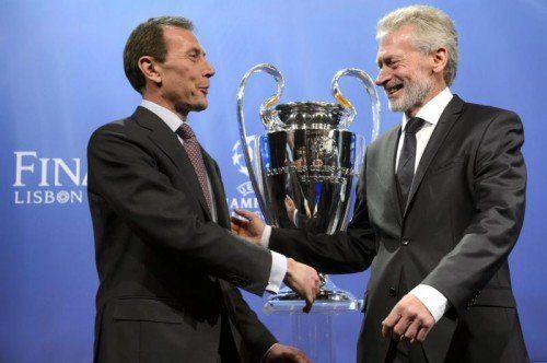 Bayerns Klub-Repräsentant Paul Breitner (rechts) und Reals Vorstandsvorsitzender Emilio Butragueno mit der Champions-League-Trophäe. epa